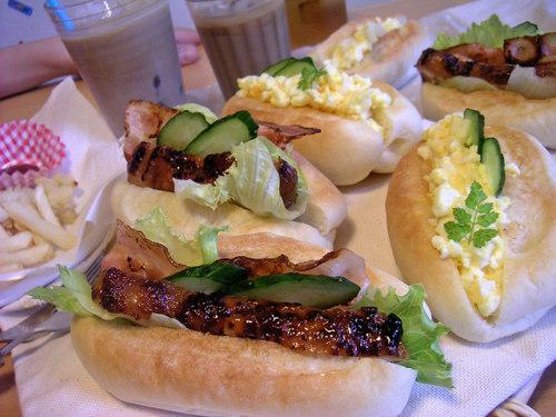 「照り焼きチキン&ベーコン」と「たまご」のサンドイッチ
