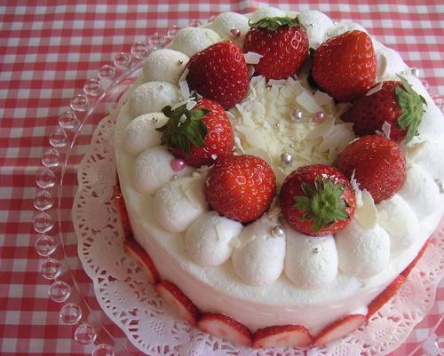 作り初め!?イチゴのデコレーションケーキ